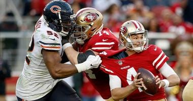 Bears outside linebacker Khalil Mack (52) applies pressure on 49ers quarterback Nick Mullens (4).