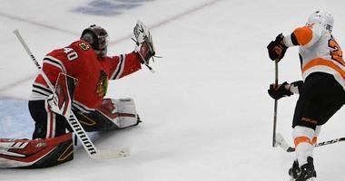 Flyers right wing Claude Giroux (28) shoots on Blackhawks goaltender Robin Lehner (40).