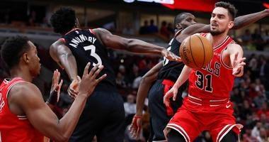 Bulls guard Tomas Satoransky (31) passes the ball to center Wendell Carter Jr. (34) against the Raptors.