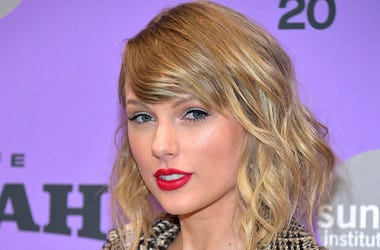 Taylor Swift urges people to stay home amid coronavirus pandemic