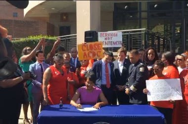 Mayor Keisha Lance Bottoms signs legislation to close the Atlanta jail