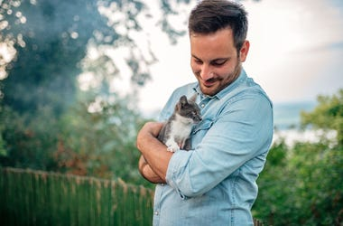 Women Find Men Less Attractive When They're Holding a Cat