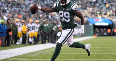 Chris Herndon scores a touchdown for the Jets.