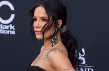 Halsey walking on the red carpet at the 2018 Billboard Music Awards